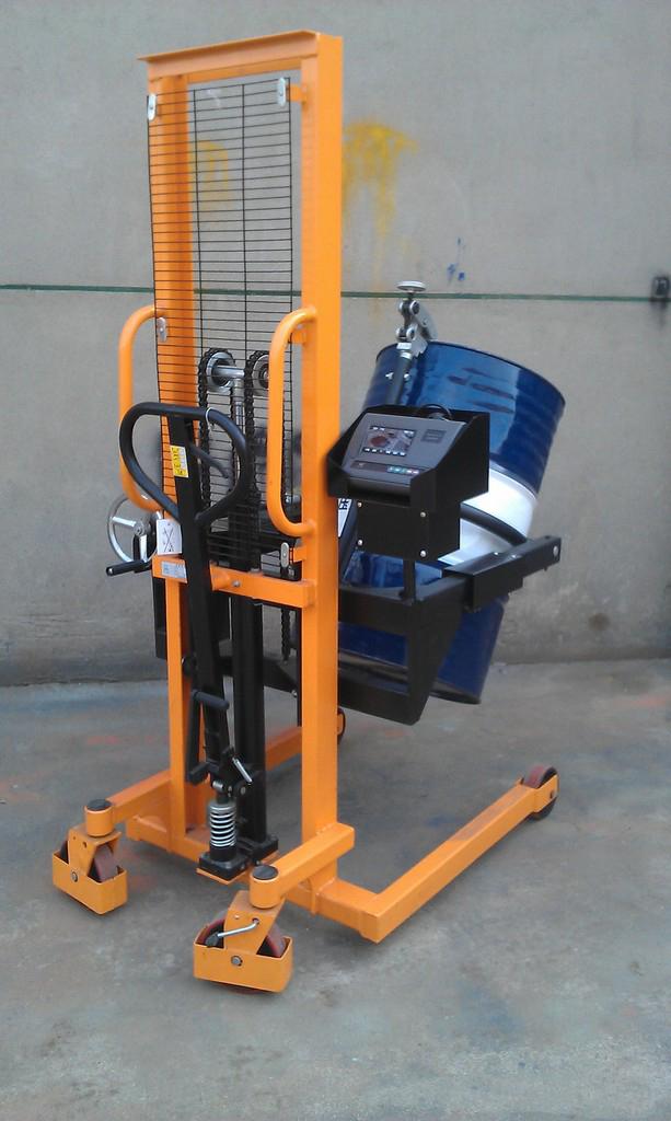 手动液压油桶搬运车秤,也称为:倒桶车秤。它由倒桶车及2只高精度称重传感器和高分辨率交直流两用称重显示仪表等组成。倒桶车采用槽钢门架,耐磨尼龙脚轮,结构表面防锈烤漆,可以轻度防止化学原料和水分对结构的腐蚀。油桶被夹抱提升后,可以在空中做大于180度的翻转或停留等动作,并可将油桶装卸于汽车、堆垛。手动液压油桶搬运车设计新颖,结构紧凑,轻巧灵活。主要适用于工厂车间,仓库,油库的油桶装卸、搬运、堆垛等。特别适用于化工,食品车间倒料或配料使用。选配本安防爆称重仪表及其他组件,可组成防爆型倒桶车秤。
